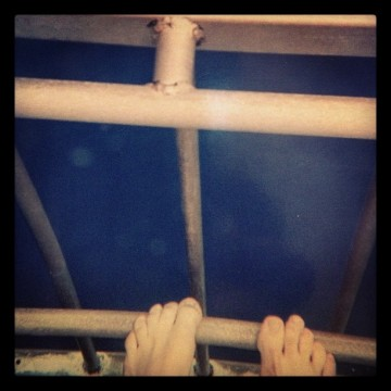 My blurry picture my toes resting on the side of the shark cage.